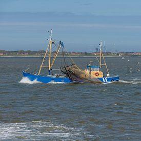 Vissersboot op de Waddenzee nabij Ameland van Tonko Oosterink