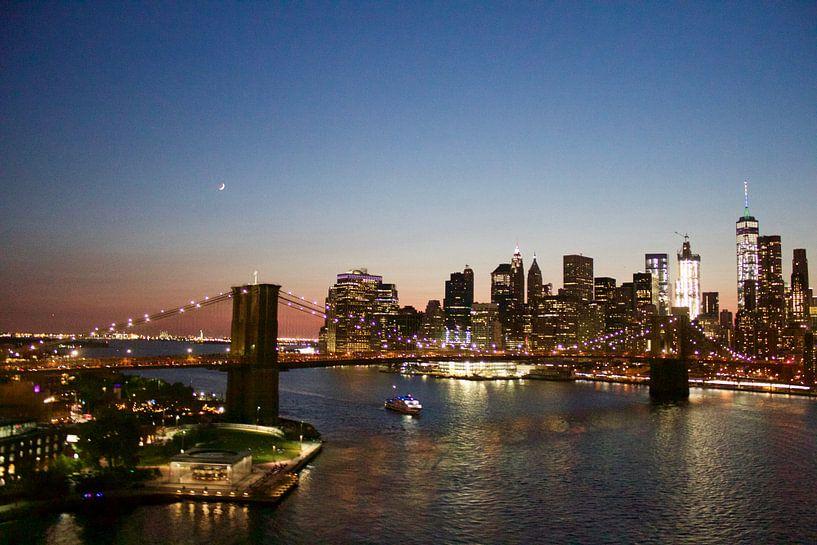 Brooklyn Bridge New-York City Skyline Sunset Moon van Bastiaan Bos