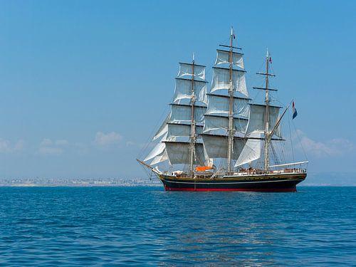 Stad Amsterdam Dreimast-Klipper Schiff vor Siracusa von Bob de Bruin