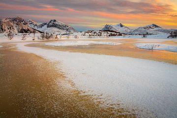 Winterlandschap met bevroren meer en sneeuwbergen op de Lofoten van Chris Stenger
