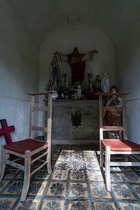 Stoelen in bidkapel, met christusbeeld. van Paul Veen