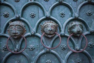 Heurtoirs sur la porte de la basilique Saint-Marc à Venise, Italie, avec des têtes de lion en bronze sur Joost Adriaanse