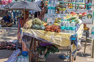 Straßenstand in den Straßen von Mamallapuram (Indien) von Martijn Mureau