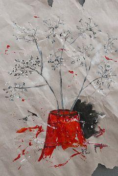 rote Vase mit ornamentalen Zweigen von jolanda verduin