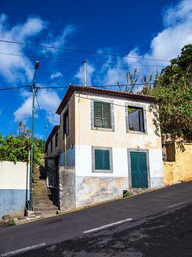 Gebäude und steile Straße in Funchal auf der Insel Madeira sur Rico Ködder