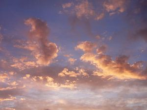 Oplichtende wolken van