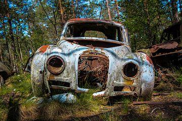 Verlaten auto kerkhof Zweden von Elly Olsman