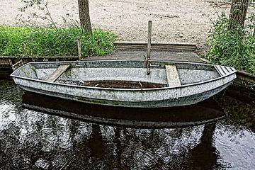 IJzeren roeiboot in sloot in HDR van Yvonne Smits