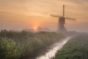 Mühle in holländischer Polderlandschaft von Paul Begijn