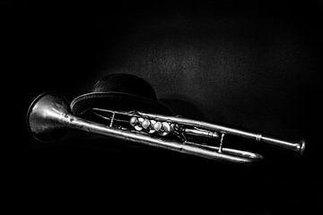 Trompette jazz vintage avec chapeau en noir et blanc sur Andreea Eva Herczegh