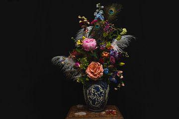 Bos bloemen in vaas, flowers and feathers in a vase. van Corrine Ponsen