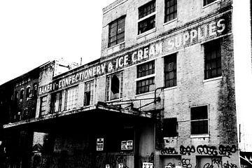 Oud, vervallen gebouw Williamsburg, Brooklyn, New York von Marije van der Werf
