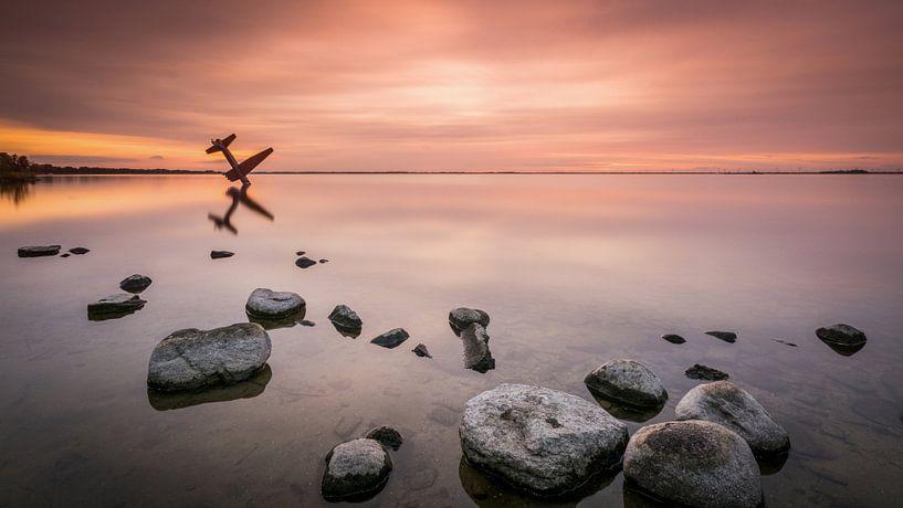 vliegtuig bij zonsondergang van Mario Visser