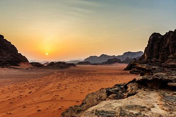 Zonsondergang Wadi Rum, Jordanië van Sjouke Hietkamp