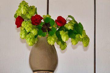 Kleines Glück in einer Vase mit Rosen, Hopfen und dem vierblättrigen Kleeblatt von J..M de Jong-Jansen