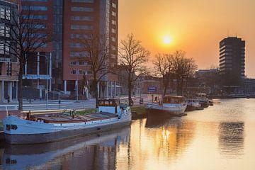 Zonsondergang boven de Zuiderhaven in Groningen van Evert Jan Luchies