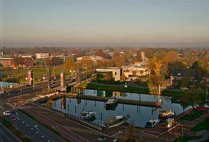 Le port de Zuid Willemsvaart avec un ciel bleu à Weert