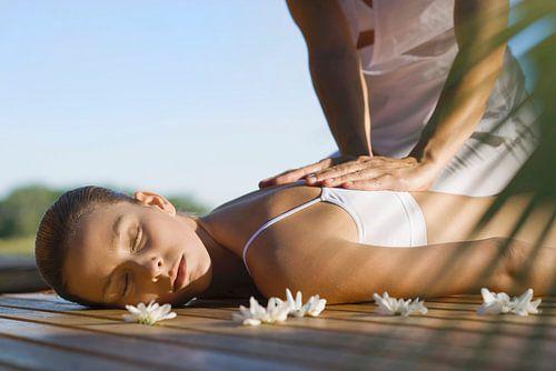 Woman receiving back massage von Beeldig Beeld