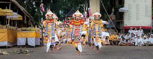 baris dance in Temple Pura Dalem Kauh near Tangallalang van Lex Scholten