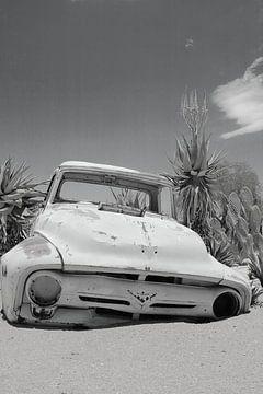Altes verrostetes und verlassenes Oldtimer-Autowrack im Sand von Bobsphotography