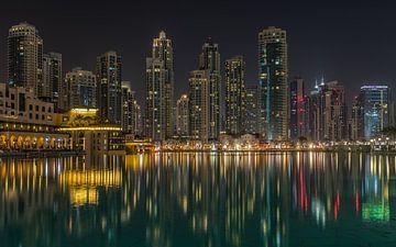 Dubai bij nacht 4 van Peter Korevaar