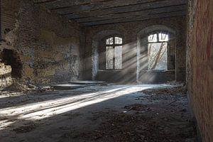 Sonnenstrahlen in verlassenen Gebäude von