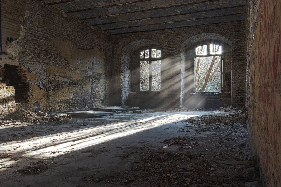 Sonnenstrahlen in verlassenen Gebäude von Sasja van der Grinten