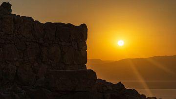 Zonsopkomst bij Masada in Israël van Jessica Lokker