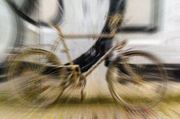 vervreemding oude vieze fiets voor muur met graffiti van Dieter Walther