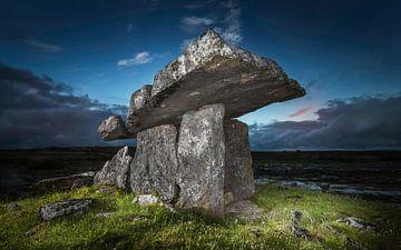 Tombeau historique en Irlande avant le lever du soleil sur
