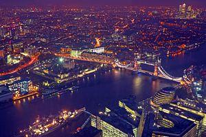 Luchtfoto van Londen met de Tower bridge in Engeland bij nacht