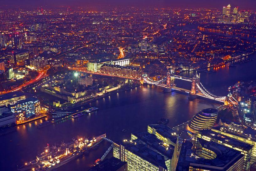 Luchtfoto van Londen met de Tower bridge in Engeland bij nacht van Nisangha Masselink