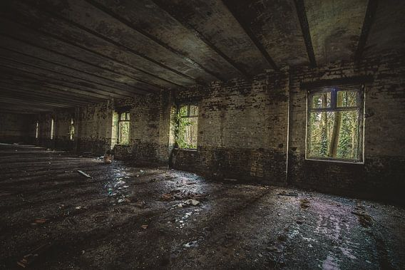 Mooie kleren en diepte in een oud gebouw van Steven Dijkshoorn