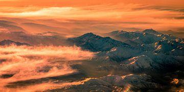 Panorama luchtfoto Zagros gebergte in Iran met mist van Dieter Walther