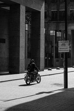 Ein Mann auf einem alten Motorrad von Koen Verburg
