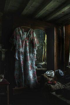 Een hele enge kamer met een jurk von Melvin Meijer