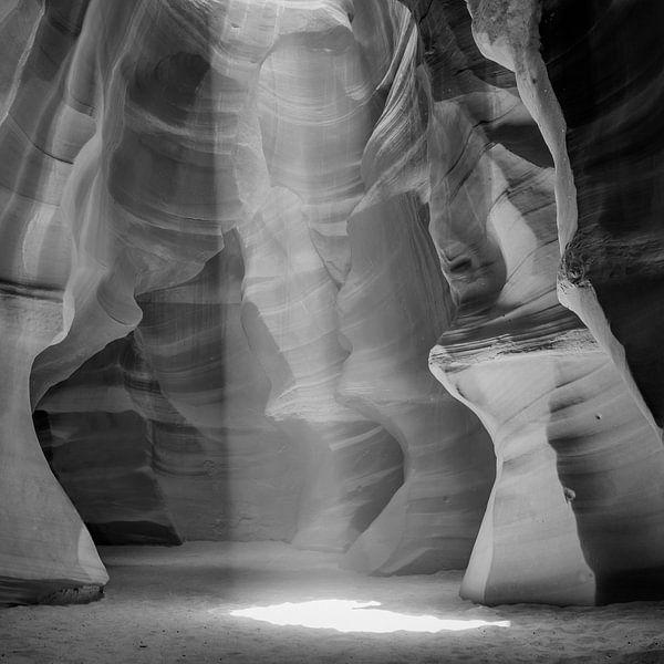 ANTELOPE CANYON Lightbeam | monochrome van Melanie Viola