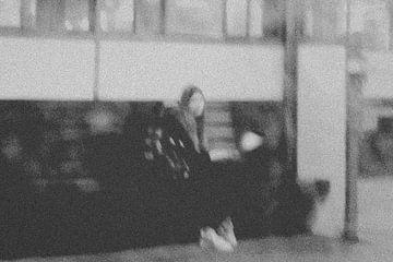 Meisje wacht op trein van Studio Kunsthart