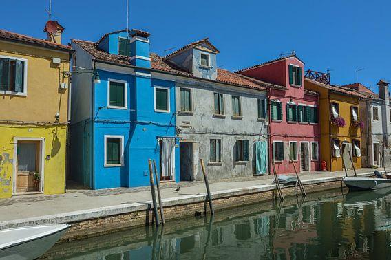 Mooi kleurrijke gracht in Burano, Venetie, Italie
