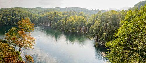 Lake with waterfalls von Richard Guijt