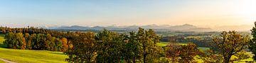 Panoramisch uitzicht over de Allgäu bij zonsondergang van Leo Schindzielorz