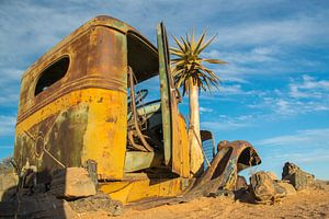 In de woestijn achtergelaten auto van