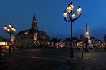 Markt te Maastricht bij schemering van Ton Reijnaerdts