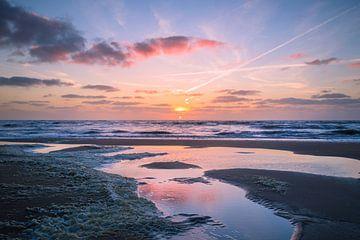 Sonnenuntergang mit einer Pfütze auf dem Meer von Richard Steenvoorden