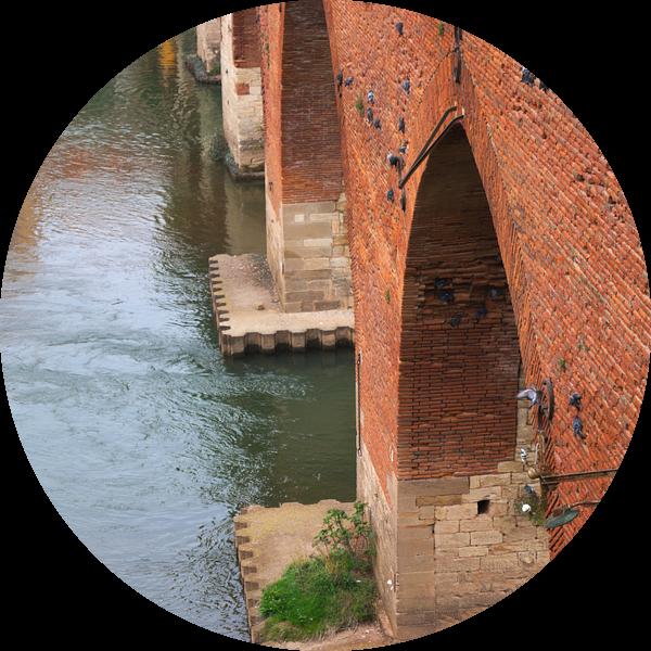Duiven aan brug in Albi, Frankrijk van Atelier Liesjes