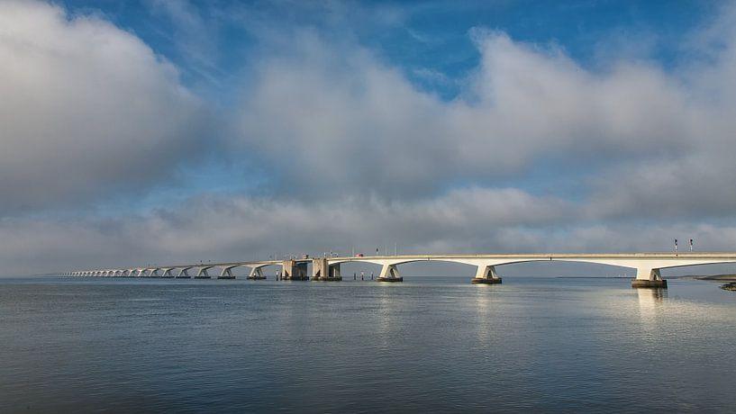Zeelandbrug op een bewolkte dag  van Bram van Broekhoven