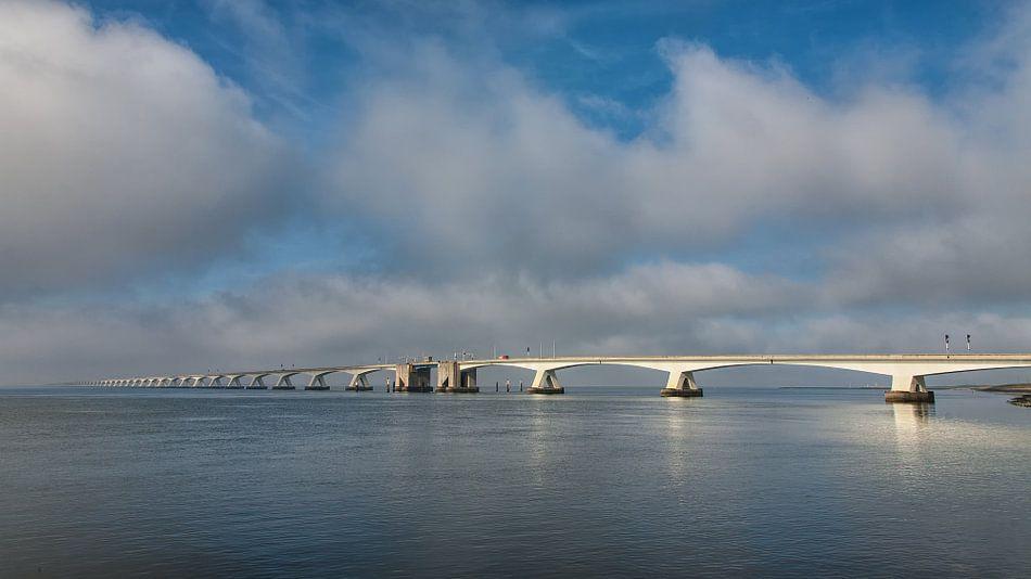 Zeelandbrug op een bewolkte dag