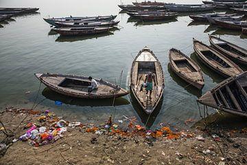 Varanasi ghat. veelkleurige houten boten opgesteld aan de rivier de Ganges ghat van Tjeerd Kruse
