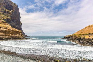 Natuurlijk landschap bij strand met zee kust en bergen in Portugal van