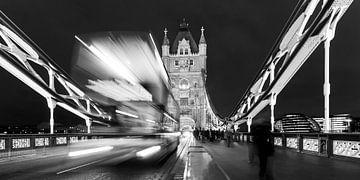 Doppeldeckerbus auf der Tower Bridge in London / Schwarzweiss von Werner Dieterich